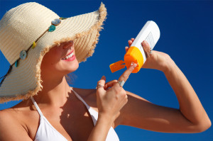 woman-applying-sunscreen-at-beach